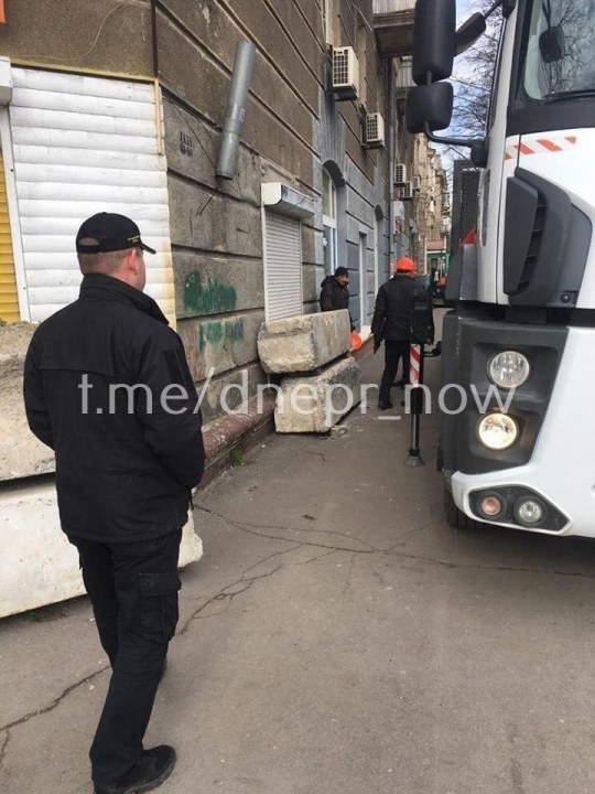 """Активисты расправляются с """"наливайками"""" в Днепре"""