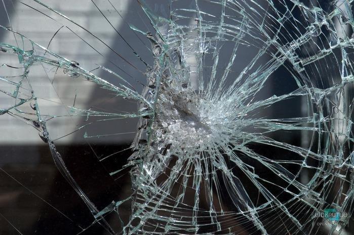Что за люди: в Днепре вандалы разбили окно в новом троллейбусе (ФОТО)