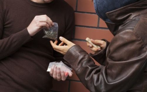 В Кривом Роге задержали мужчину, который торговал наркотиками возле школы