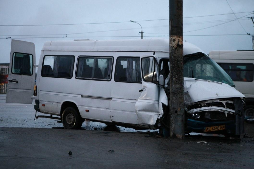 Пассажиров увезла скорая: маршрутка влетела в столб на Слобожанском проспекте (ФОТО, ВИДЕО)