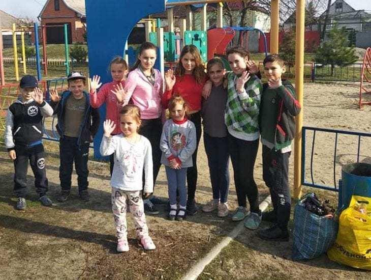 Под Днепром дети убирали кучи мусора за взрослыми после празднования 8-го марта