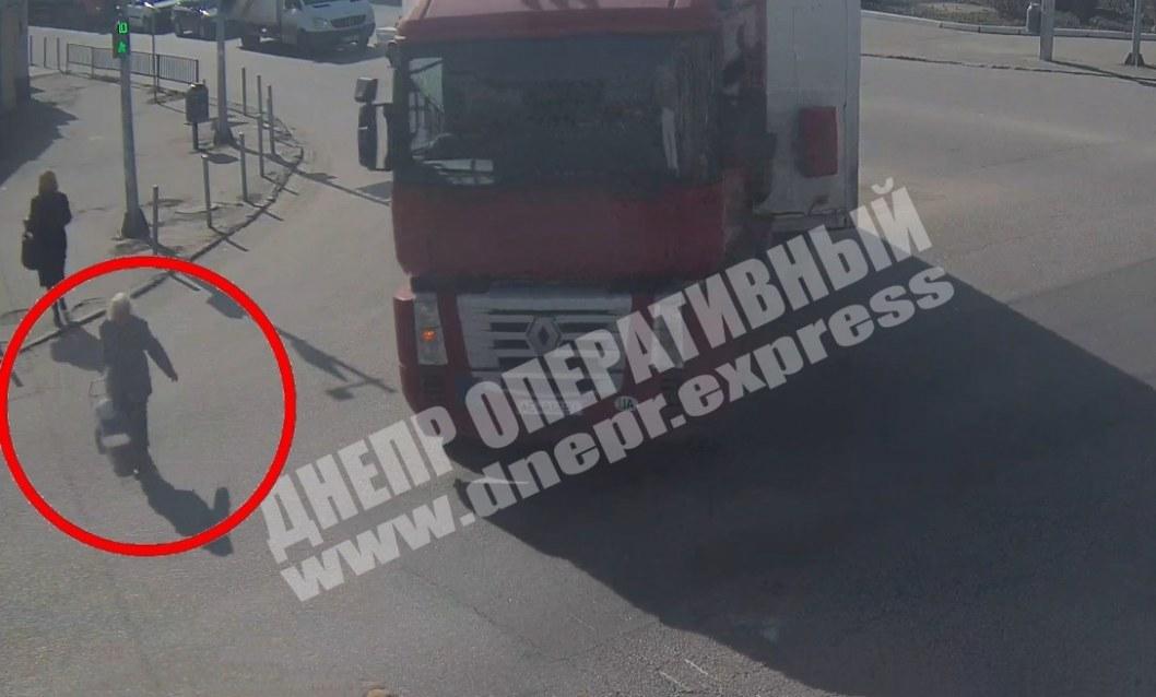 В Днепре фура сбила пенсионерку на пешеходном переходе (ВИДЕО)