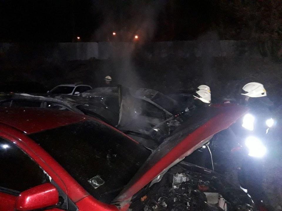 Под Днепром за одну ночь на стоянке сгорело 4 машины
