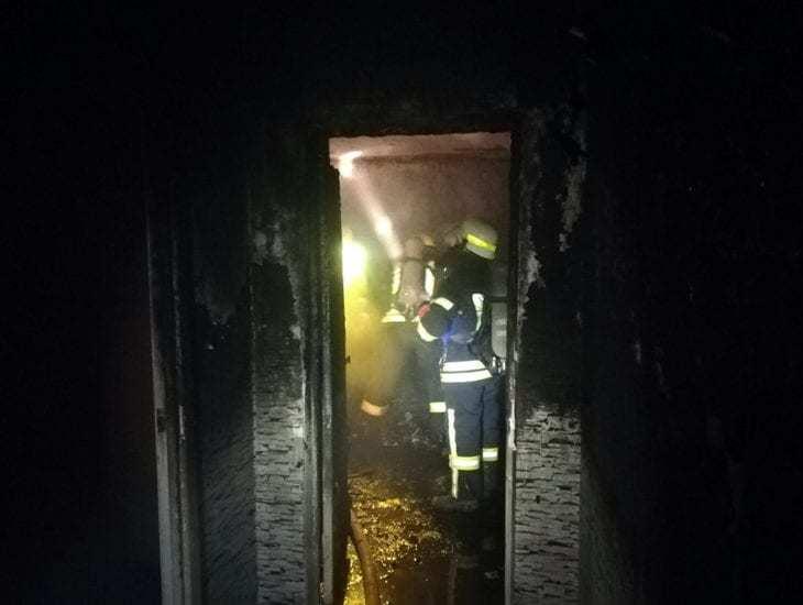 Под Днепром горела квартира: мужчина погиб, мать с ребенком госпитализировали