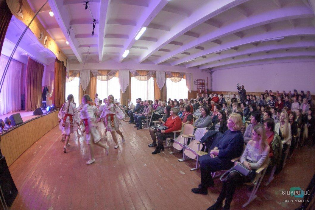 Аккордеонисты-виртуозы и циркачи: в Подгородном необычно поздравили учителей (ФОТО)