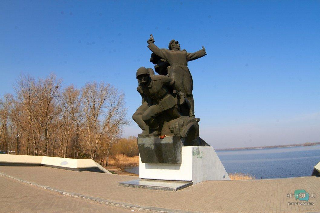 В Днепре наркоторговцы изрисовали памятник бойцам 152-й дивизии (ФОТО)