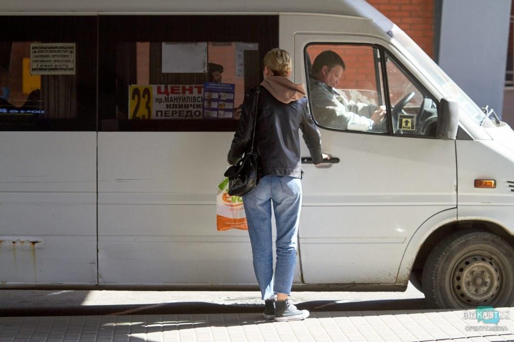 Подходя к маршруткам люди с опаской смотрят на салон и считают пассажиров внутри