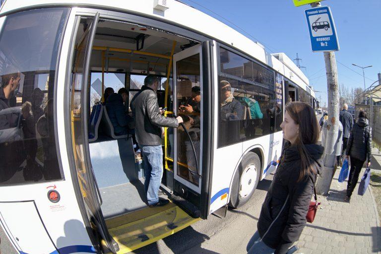 Карантин по-днепровски: троллейбусы и трамваи забиты, у большинства нет масок (ФОТО)