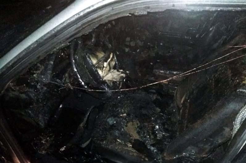 Сгоревший автомобиль около частного дома