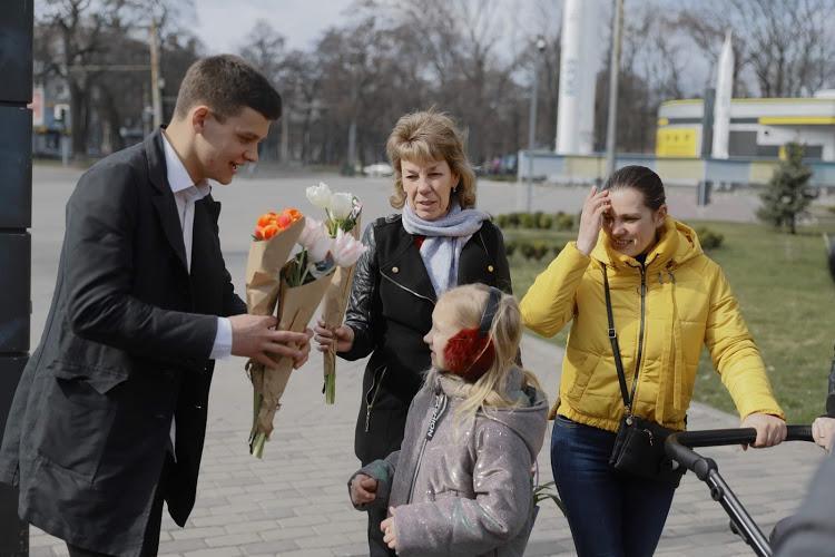 Праздничное поздравление от мэра: 8 марта на улицах Днепра женщинам дарили цветы