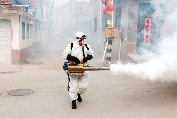 Город засыпает: как в Днепре обрабатывают улицы из-за коронавируса (ВИДЕО, ФОТО)