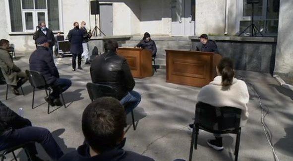 Во дворе горсовета Днепра депутаты решили голосовать онлайн весь день (ФОТО)