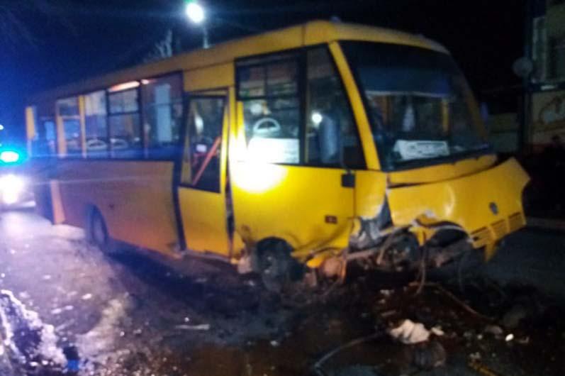 В Павлограде столкнулись легковой автомобиль и автобус: есть пострадавшие