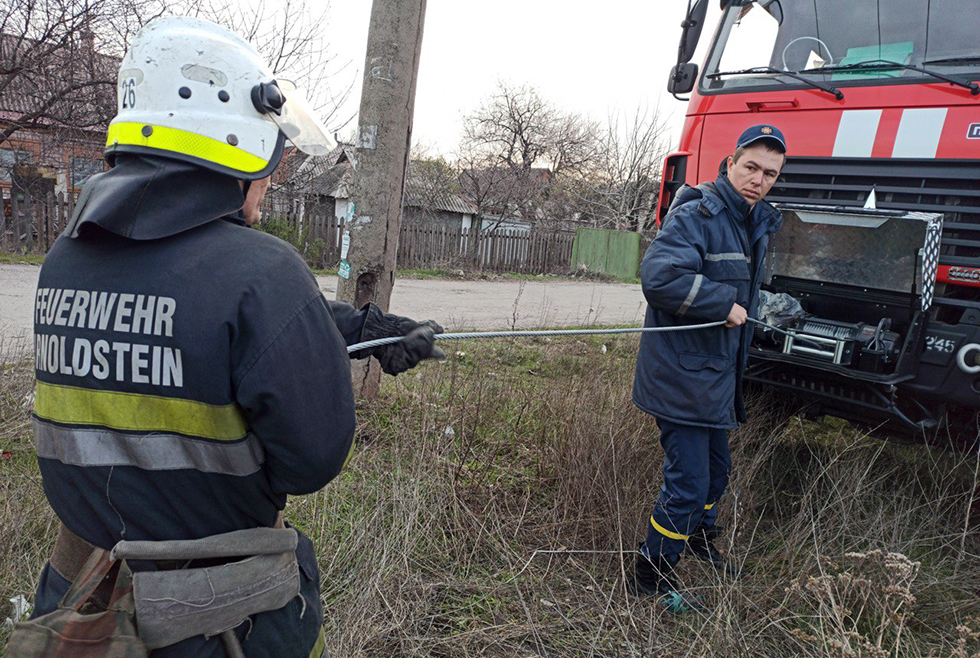 Под Днепром цыгане со спасателями доставали коня из колодца