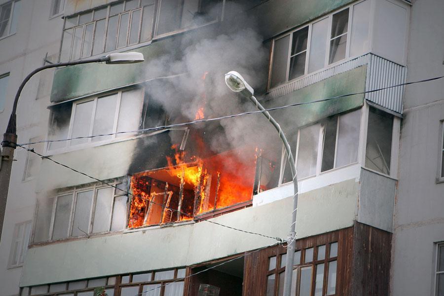 Пожар в квартире на Новокодацкой чуть не уничтожил весь жилой дом (ВИДЕО)