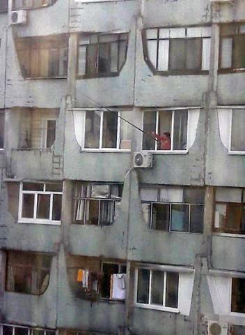 Совсем на карантине скучно: в Днепре женщина ловила воображаемую рыбу с балкона