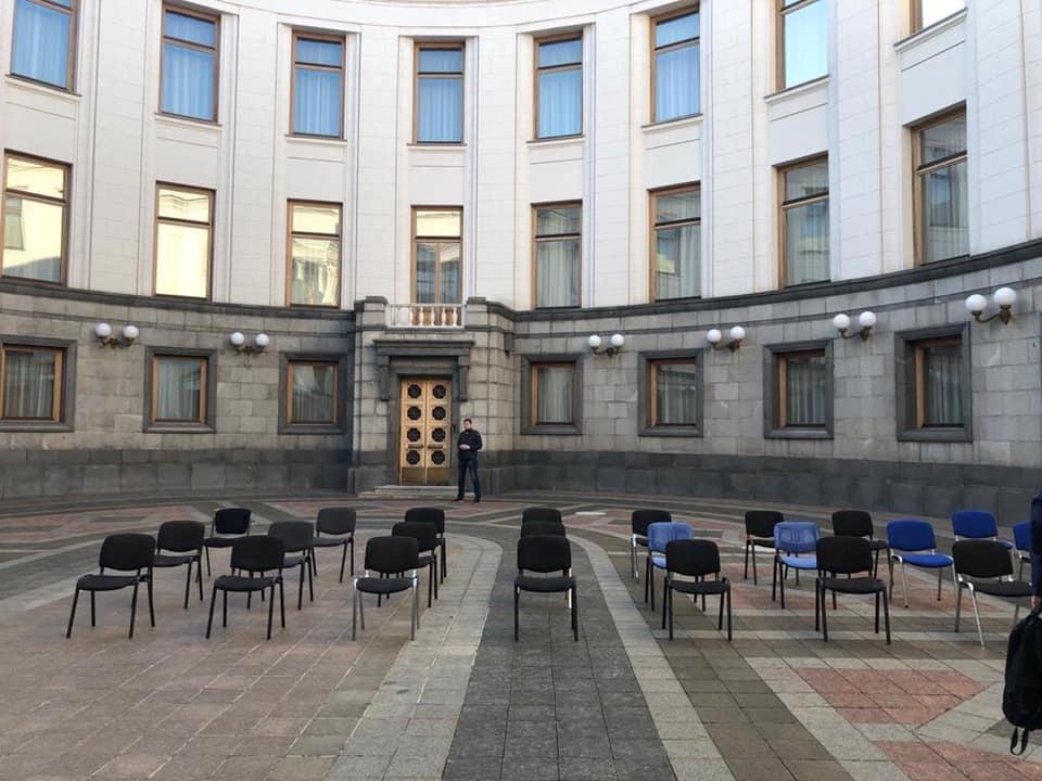Повторили за Днепром: завтра Верховная Рада тоже будет заседать на улице