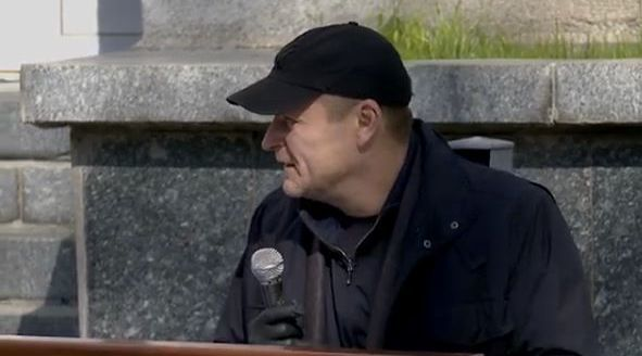 Филатов в бейсболке: во дворе горсовета Днепра депутаты голосуют за онлайн-сессию (ФОТО)