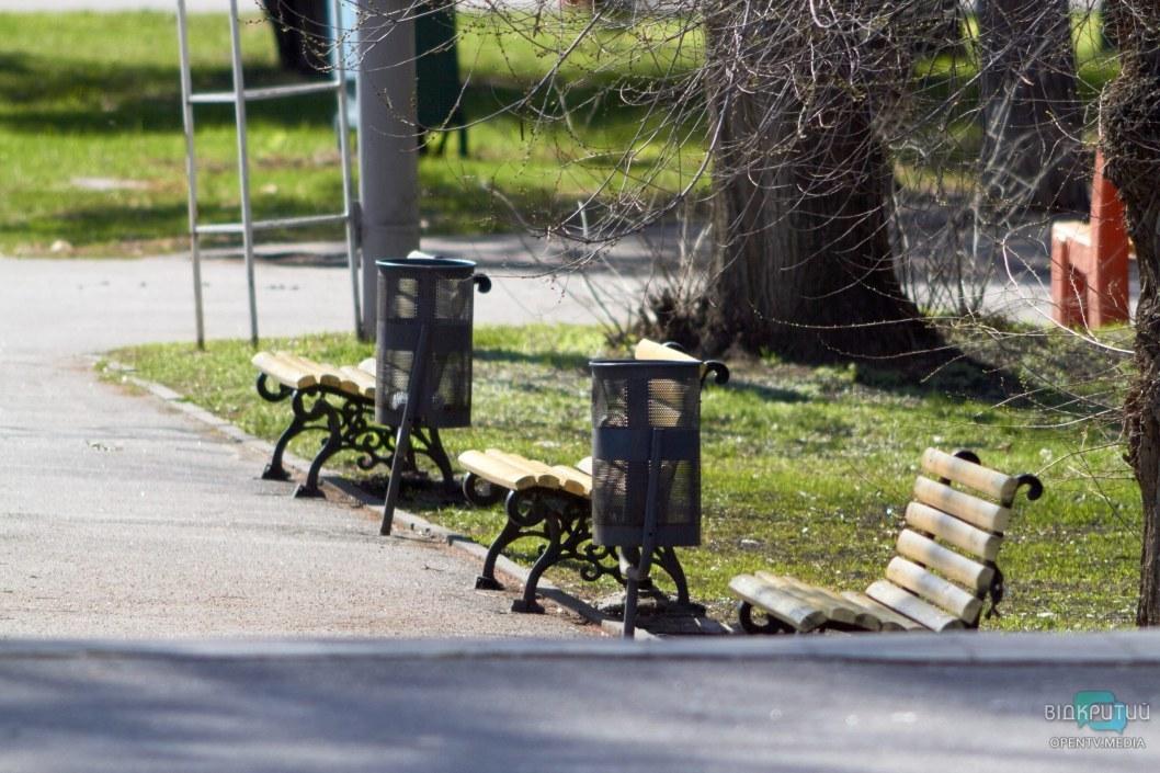 Большинство лавочек в парке свободны весь день