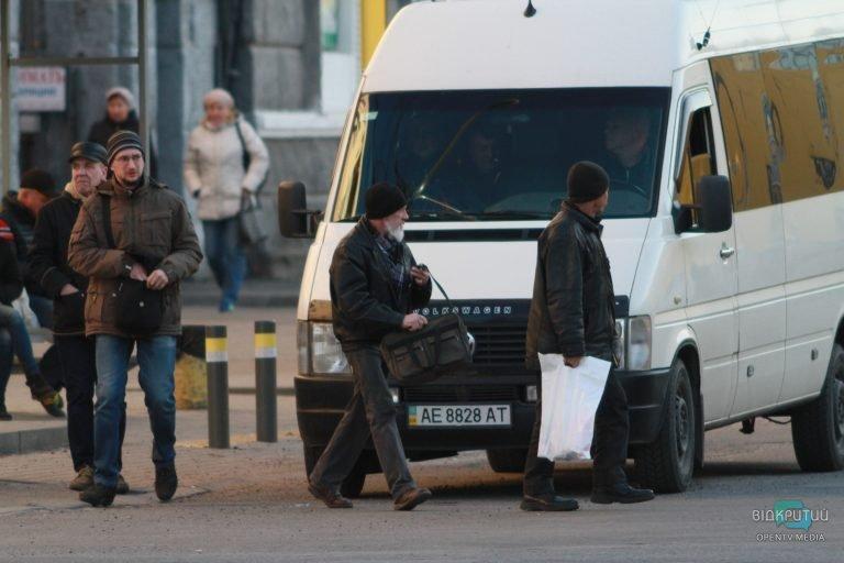 """Крутятся, как могут: в Днепре активизировались """"нелегальные"""" перевозчики (ФОТОРЕПОРТАЖ)"""