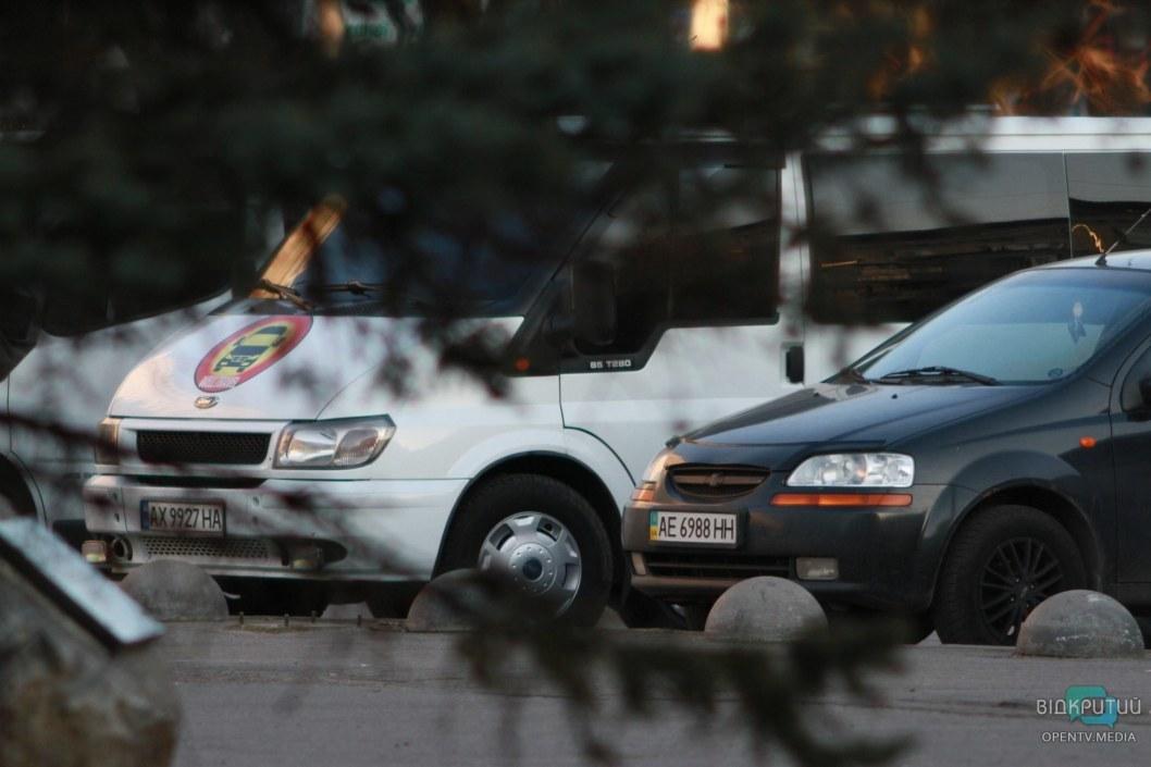 Нелегальные перевозчики на остановке около ЖД вокзала Днепра