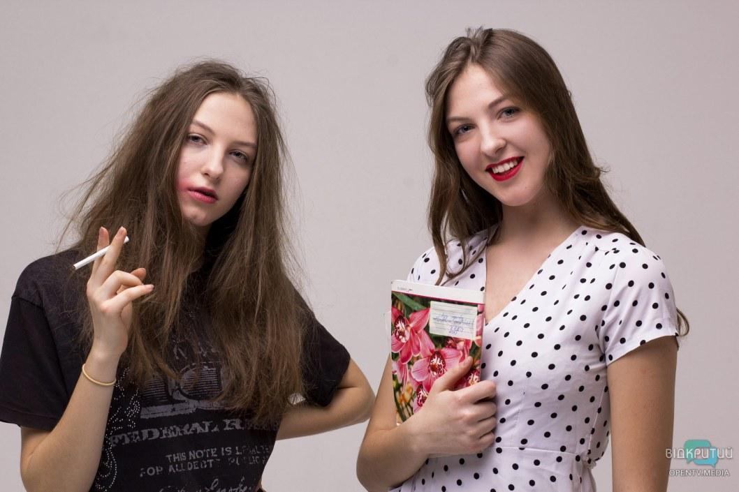 """Близняшки Даша и Наташа показали, как влияет курение и плохая компания на """"одинаковых"""" людей."""