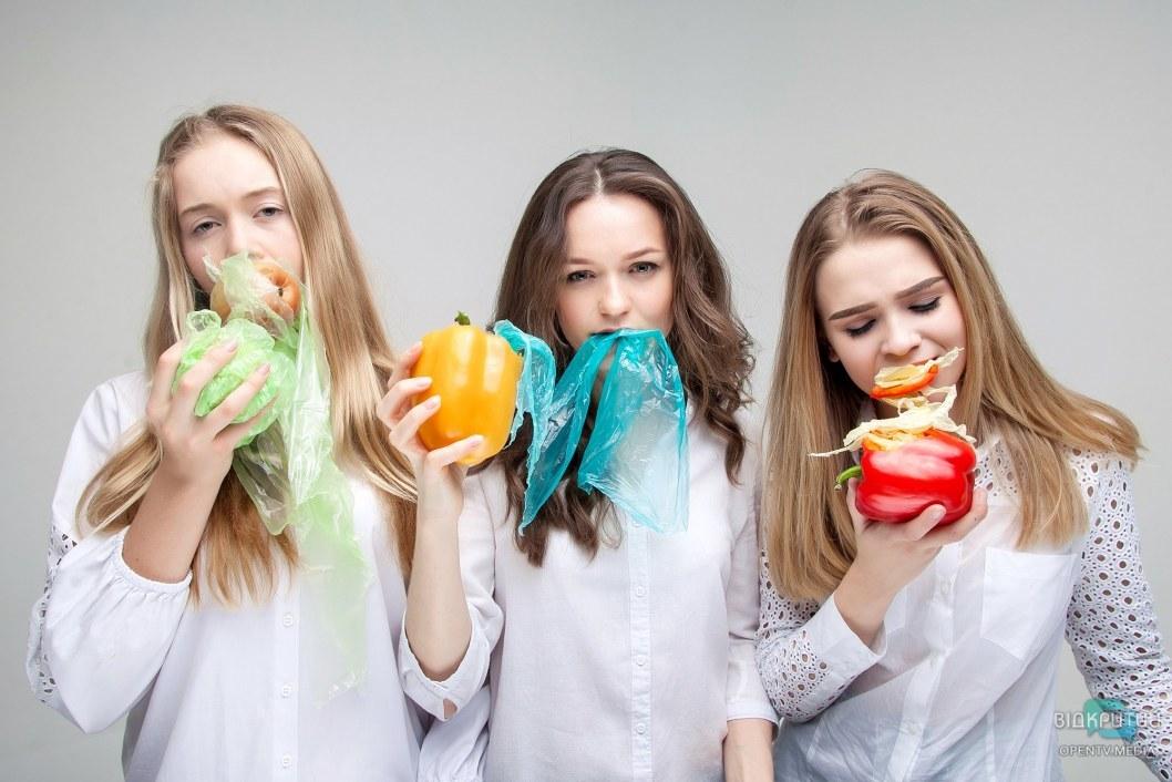 Девушки наглядно показали проблему полиэтиленовых пакетов.
