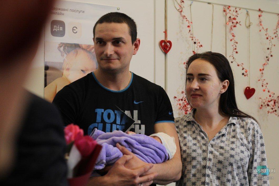 """В Днепре выдали первое свидетельство о рождении ребенку через """"Е-малятко"""""""