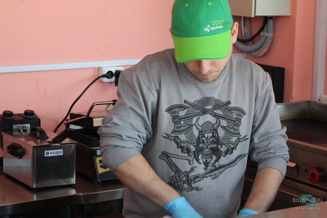 Юрий занимается заготовками для будущих бургеров