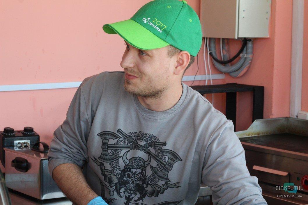 Сотрудник Юрий готовит вкуснейшую шаурму для посетителя