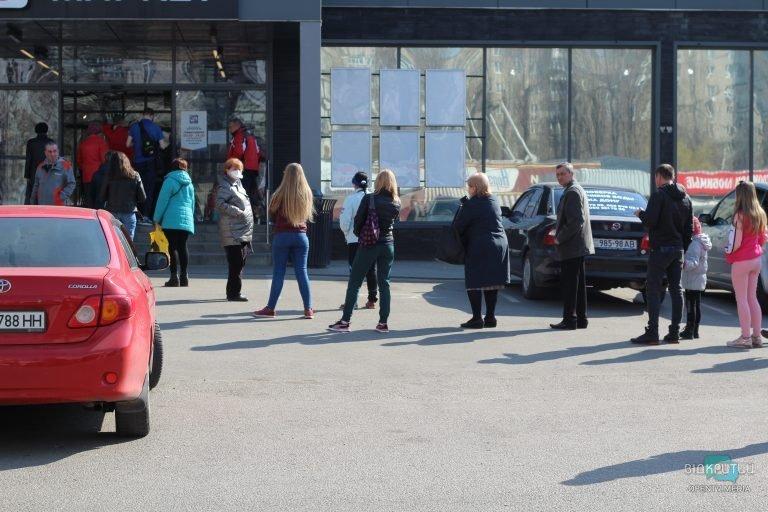 В Днепре на Красном Камне выстроилась огромная очередь за продуктами (ФОТО)
