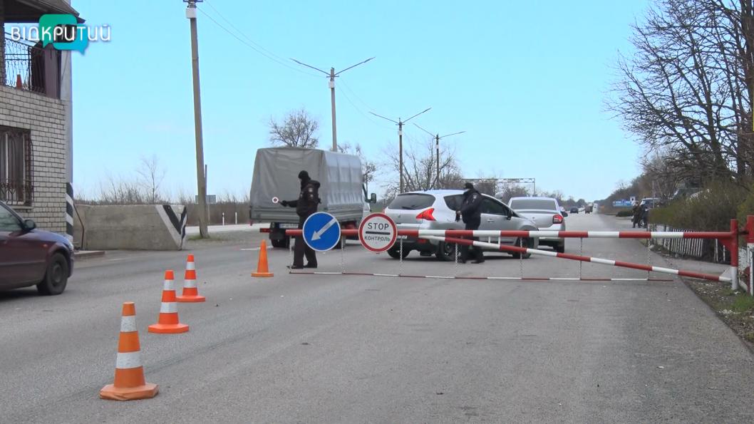 ВІДЕО: На Дніпропетровщині працює 21 блокпост, де проводять температурний скринінг водіям та пасажирам