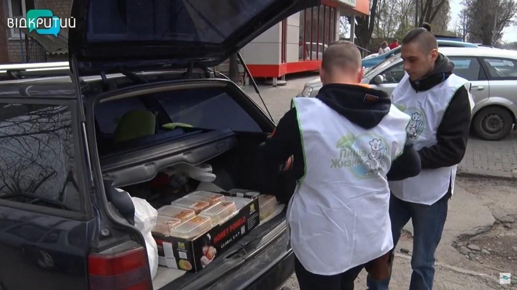 ВІДЕО: Обід додому: у Дніпрі волонтери доставляють їжу людям похилого віку до порогу
