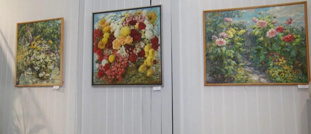 """ВІДЕО: У Дніпрі відкрилася виставка """"Жінки і квіти"""""""