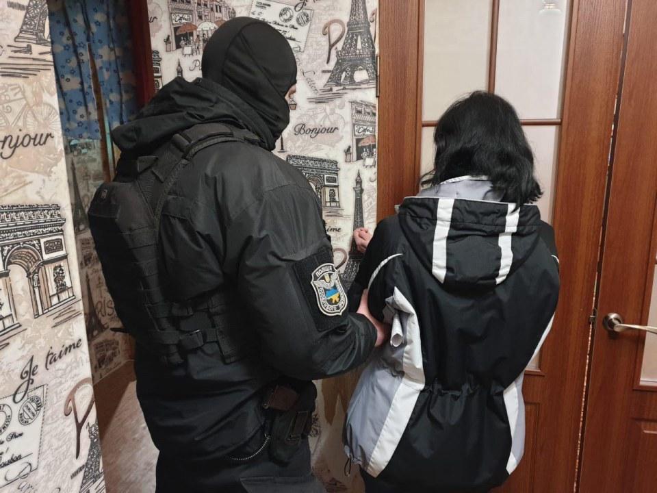 Под Днепром женщина продавала порно с участием своей 4-летней дочери