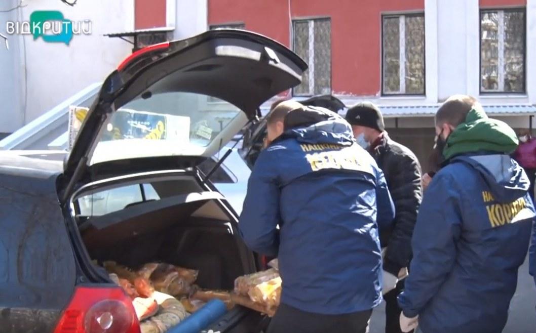 ВІДЕО: Пенсіонерів Дніпра бережуть від коронавірусу: доставляють харчі додому