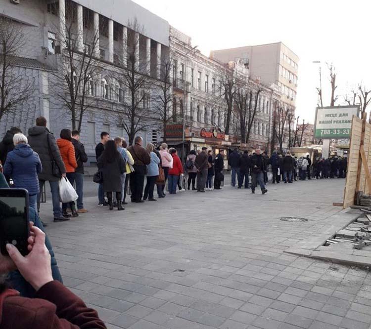 Транспортный коллапс: в Днепре огромные очереди на остановках (ФОТО)