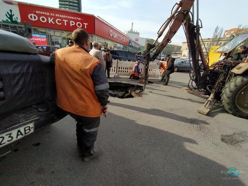 """Берегись, водитель: на паркинге возле """"Мост-Сити"""" провалился асфальт (ФОТО)"""