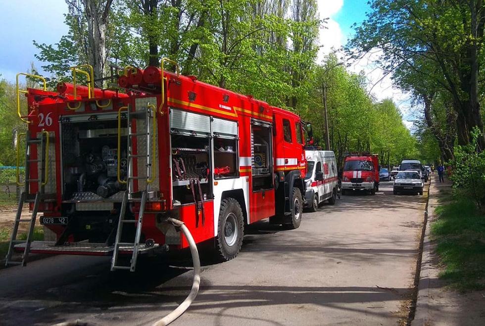 Под Днепром пожарные вытащили старушку из горящей квартиры