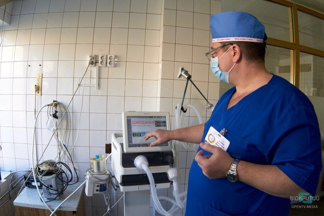 Заведующий отделением анестезиологии Владимир Дубина рассказывает про аппараты ИВЛ