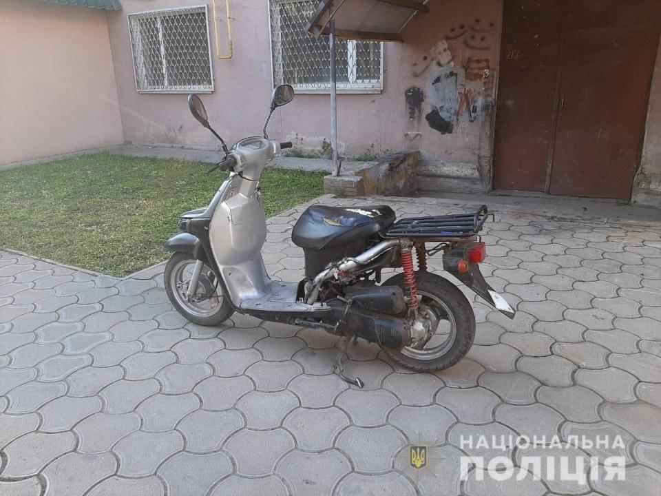 Оперативно: под Днепром полиция задержала преступников, которые угнали мопед и успели его продать