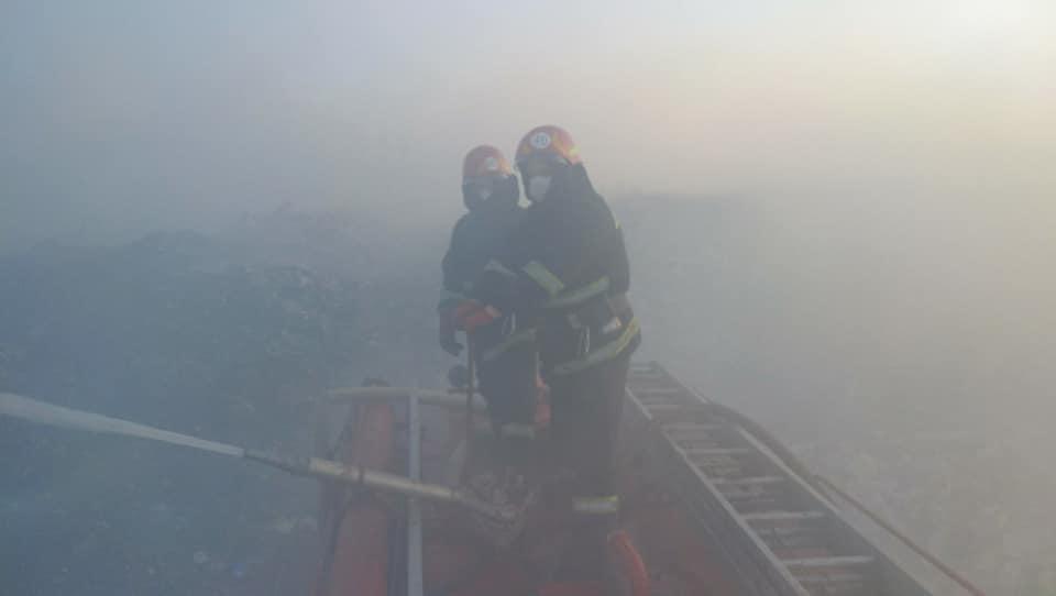 Под Днепром вторые сутки пожарные не могут потушить огонь на свалке (ВИДЕО)