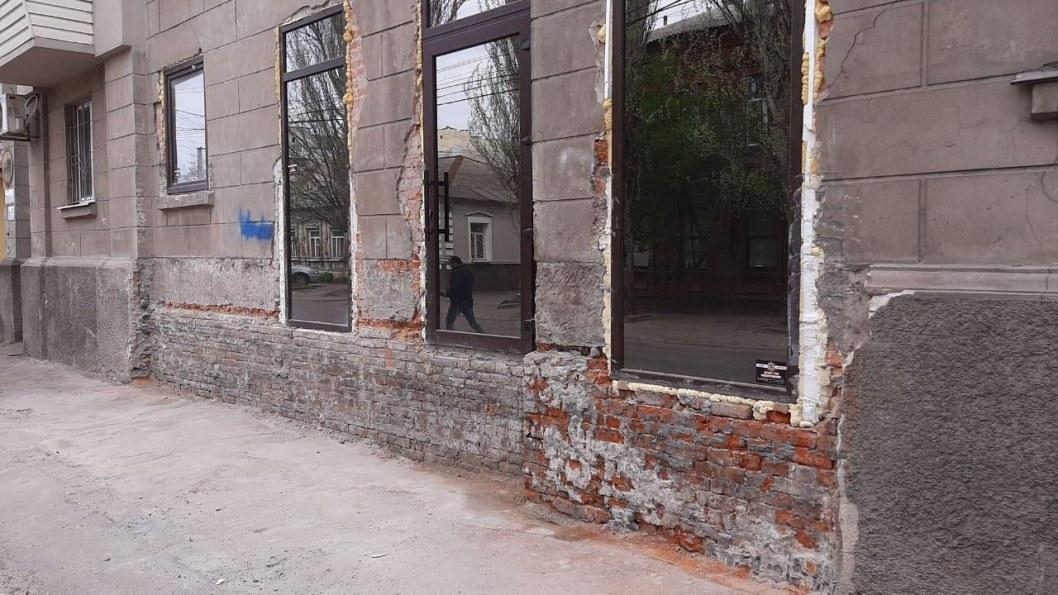"""В Днепре """"предприимчивый"""" владелец помещения самовольно изменил фасад здания (ФОТО, ВИДЕО)"""