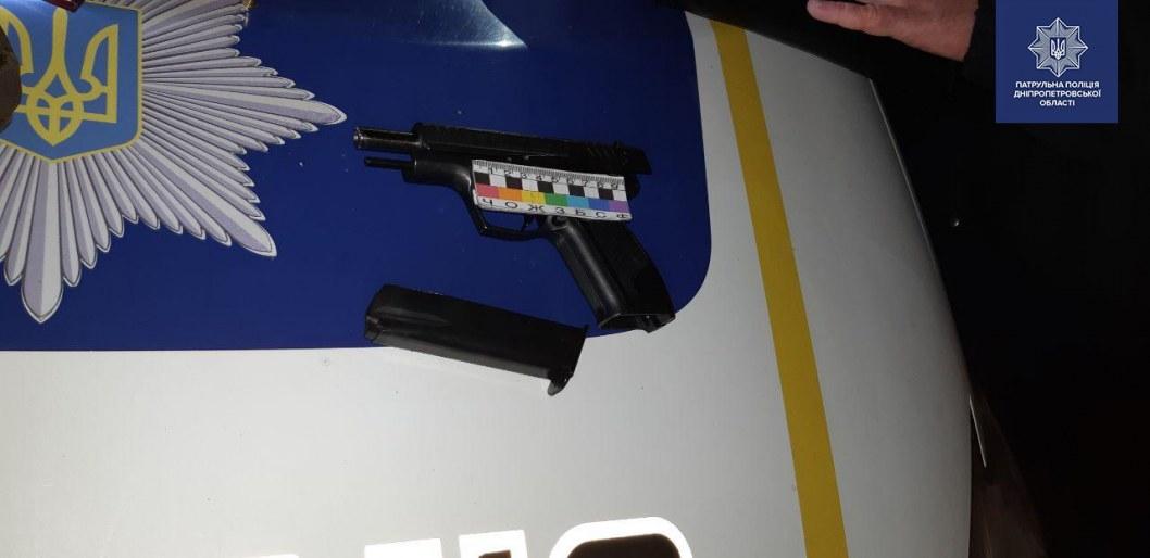 В Днепре мужчина угрожал патрульному пистолетом