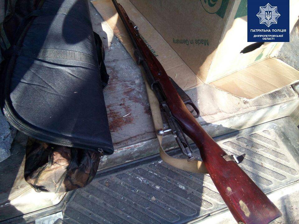 Под Днепром патрульные обнаружили у мужчин винтовку