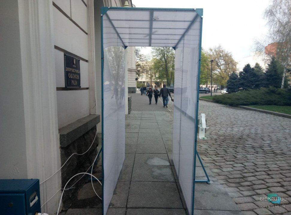 В Днепре возле облсовета установили дезинфицирующий тоннель