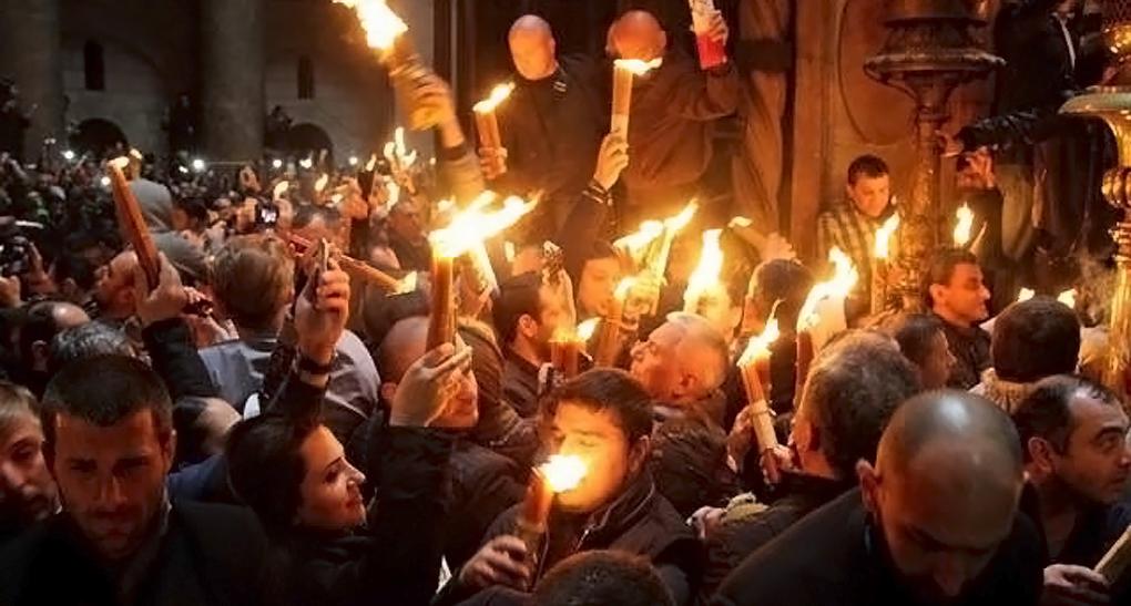 Паломники принимают Благодатный огонь