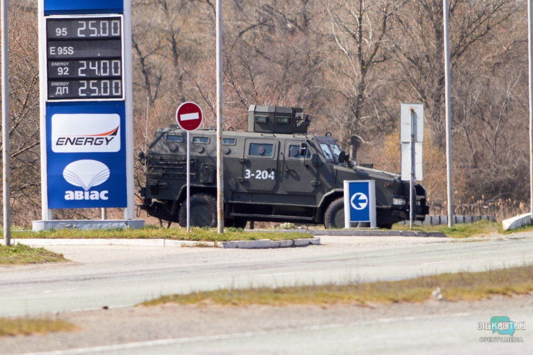 Блокпост с броневиком: как проводят контроль на въезде в Днепр со стороны Полтавского шоссе (ФОТОРЕПОРТАЖ)