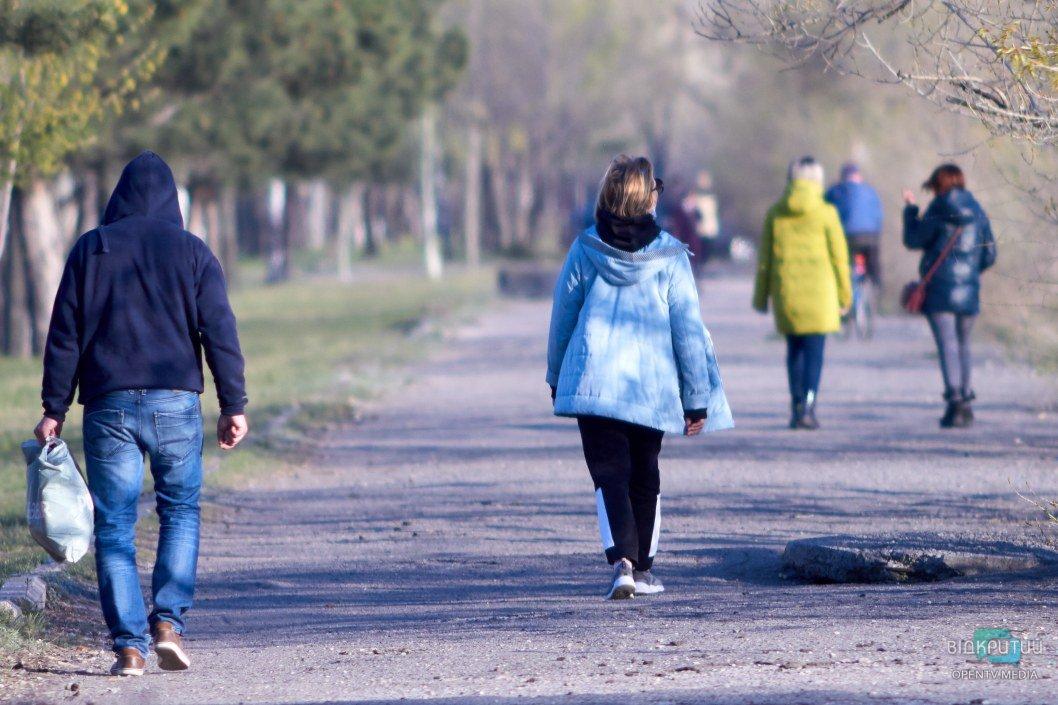 Много людей прогуливаются в одиночку