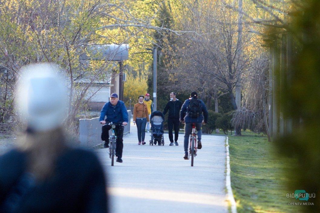 На набережной много велосипедистов